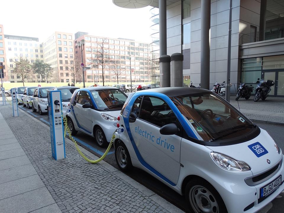 auto elettrica mobilità sostenibile parcheggi